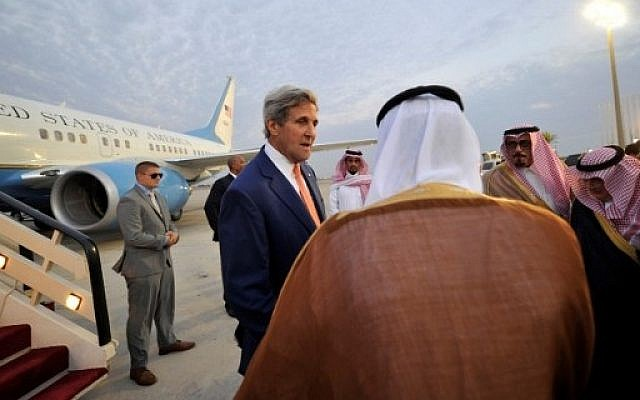 US Secretary of State John Kerry (C) is greeted upon his arrival at King Abdulaziz International Airport in Jeddah, on August 24, 2016. AFP / STRINGER / Saudi Arabia