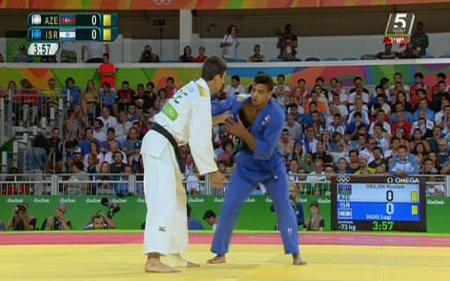 Israel's Sagi Muki (in blue) competes against Rustam Orujov of Azerbaijan in the semifinals of the men's under 73kg judo competition at the Olympic Games in Rio on August 8, 2016 (screen shot: Channel 56)