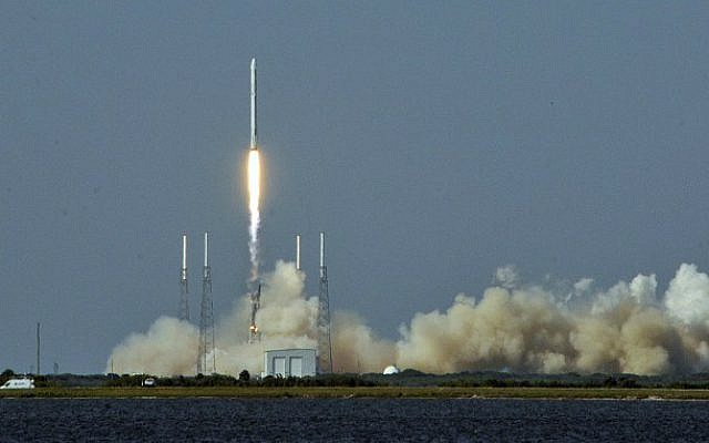This file photo taken on April 06, 2016 shows Space X's Falcon 9 rocket lifting off with an unmanned Dragon cargo craft from the launch platform in Cape Canaveral, Florida. (Bruce Weaver/AFP Photo/AFP)