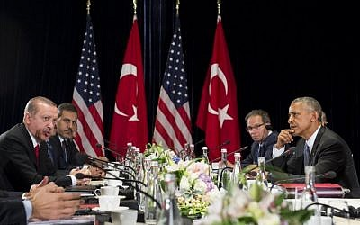 US President Barack Obama, right, and Turkish President Recep Tayyip Erdogan hold a meeting on the sidelines of the G20 Summit in Hangzhou on September 4, 2016. (AFP/SAUL LOEB)