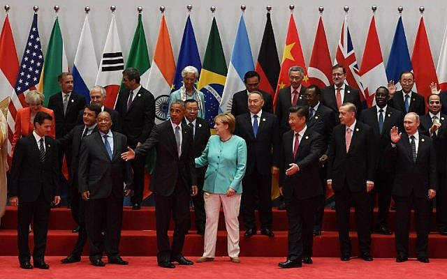 US President Barack Obama and China's President Xi Jinping gesture as they gather with German Chancellor Angela Merkel, Russia's President Vladimir Putin and Turkey's President Recep Tayyip Erdogan during a group photo before the opening of the G20 Summit at the International Expo Center in Hangzhou, September 4, 2016. (AFP Photo/Greg Baker)