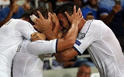 Italy's forward Graziano Pelle (R) and teammates celebrate a goal goal during the Wolrd Cup 2018 qualifying football match between Israel and Italy at Sammy Ofer Stadium in Haifa on September 5, 2016. (AFP PHOTO / MENAHEM KAHANA)