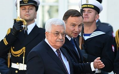 Polish President Andrzej Duda (C-R) and Palestinian Authority President Mahmoud Abbas (C-L) inspect an honour guard during an official welcoming ceremony in the courtyard of the presidential palace in Warsaw on September 6, 2016. (AFP PHOTO/JANEK SKARZYNSKI)