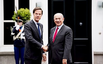 Dutch Prime Minister Mark Rutte (L) shakes hands with his Israeli counterpart Benjamin Netanyahu in The Hague on September 6, 2016.  (AFP PHOTO/ANP/Robin UTRECHT)