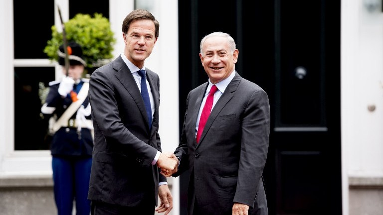 Dutch Prime Minister Mark Rutte shakes hands with Prime Minister Benjamin Netanyahu in The Hague. (AFP PHOTO / ANP / Robin UTRECHT)