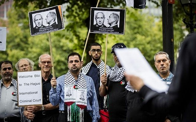 People demonstrate against the visit of Israel's Prime Minister Benjamin Netanyahu to the Netherlands in The Hague, on September 6, 2016. (AFP PHOTO / ANP / Bart Maat)