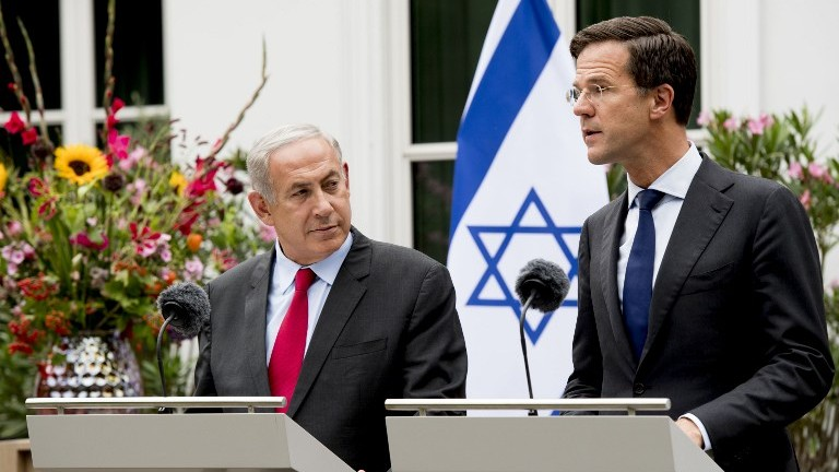 Prime Minister Benjamin Netanyahu, left, and Dutch Prime Minister Mark Rutte give a press conference in The Hague, September 6, 2016. (AFP/ANP)