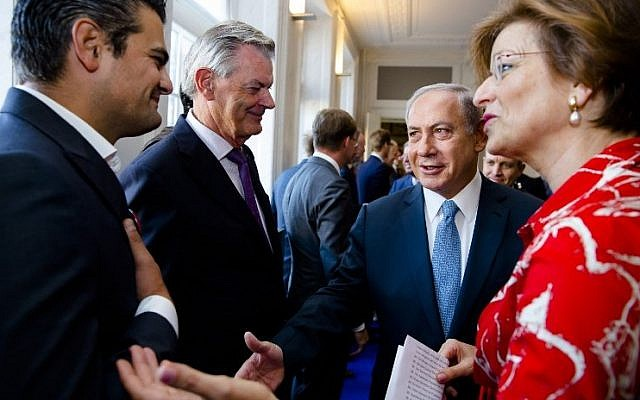 Dutch Parliament Member Tunahan Kuzu refuses to shake hands with Prime Minister Benjamin Netanyahu during his visit to the States General at the Binnenhof as part of Netanyahu's visit to the Netherlands at the Binnenhof, in the Hague, on September 7, 2016. (AFP PHOTO / ANP / Bart Maat)