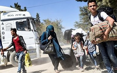 Syrian refugees walk on their way back to the Syrian city of Jarabulus on September 7, 2016 at Karkamis crossing gate, in the southern region of Kilis, Turkey. (AFP/Bulent Kilic)