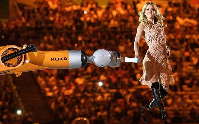 American snowboarder Amy Purdy dances with a robot at the September 7 opening ceremony of the 2016 Paralympics in Rio de Janeiro (Courtesy YASUYOSHI CHIBA / AFP)