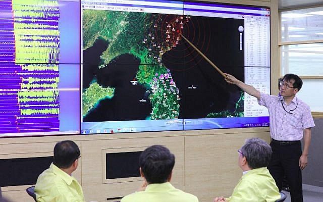 A South Korean official points to a map showing the epicenter seismic waves in North Korea, at the Korea Meteorological Administration in Seoul on September 9, 2016, following news of another nuclear test by North Korea. (AFP/Yonhap)