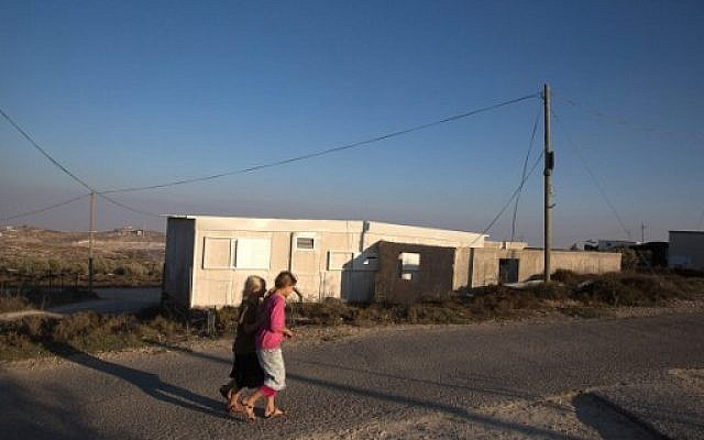 Israeli children from the West Bank settlement of Amona walk past their homes, September 7, 2016. (AFP Photo/Menahem Kahana)