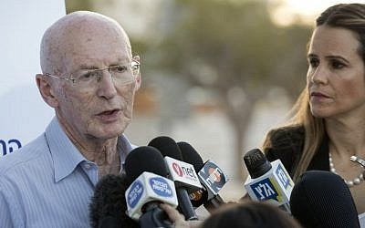 Professor Rafi Walden (L), surgeon and son-in-law of former Israeli president Shimon Peres, talks to journalists outside the Sheba Medical Center at Tel Hashomer near Tel Aviv on September 14, 2016. (AFP PHOTO / JACK GUEZ)