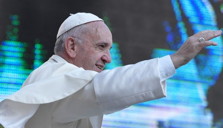 Pope Francis waves to faithfuls upon his arrival at Saint Peter square to lead his weekly general audience on September 14, 2016 in the Vatican. (AFP PHOTO / TIZIANA FABI)