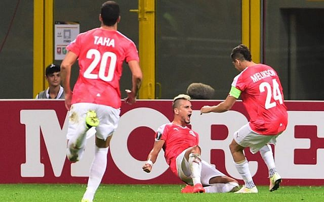 Hapoel Beersheba's midfielder Maor Buzaglo (C) celebrates with teammates after scoring a goal during the Europa League football match against Inter Milan on September 15, 2016 at San Siro Stadium in Milan.  (AFP PHOTO / GIUSEPPE CACACE)