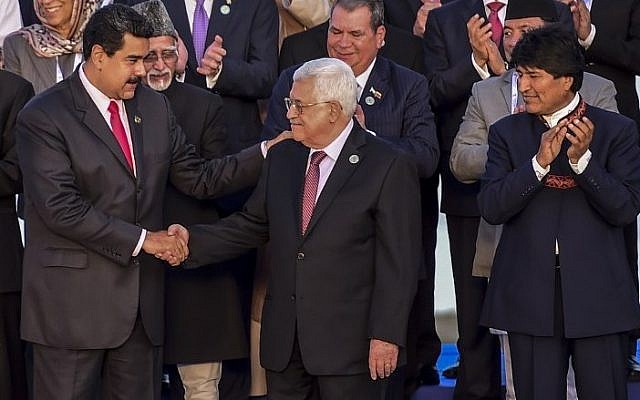 Venezuelan President Nicolas Maduro (L) greets Palestinian Authority President Mahmoud Abbas (C) , while Bolivian President Evo Morales looks on, after the opening ceremony of the Non-Aligned Movement summit in Porlamar, Margarita Island, Venezuela, on September 17, 2016. (AFP PHOTO/RONALDO SCHEMIDT)