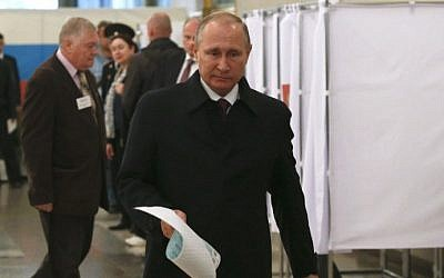 Russian President Vladimir Putin votes at a polling station during parliamentary elections in Moscow on September 18, 2016. (AFP/Pool/Grigory Dukor)