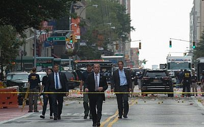New York Governor Andrew Cuomo, right, visits the scene of an explosion on West 23rd Street September, 18, 2016 in New York. (AFP/Bryan R. Smith)