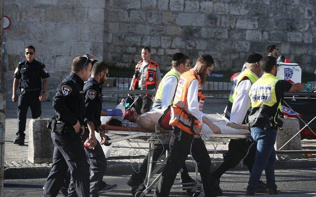 Israeli medics carry an injured man following a Palestinian stabbing attack outside the Old City of Jerusalem, on September 19, 2016 (AFP PHOTO / MENAHEM KAHANA)