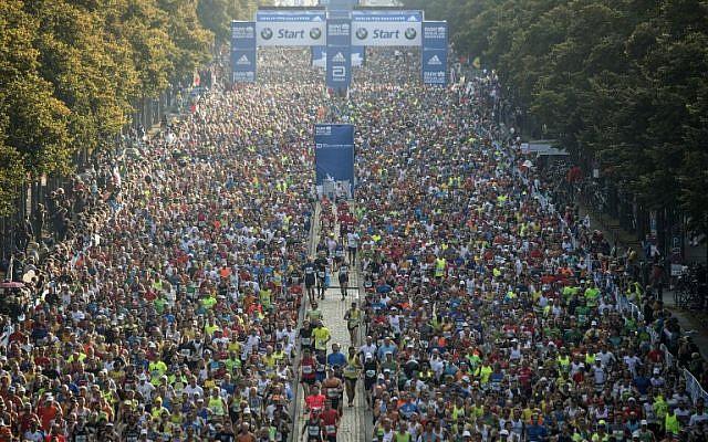 Runners take the start of the 43rd Berlin Marathon in Berlin on September 25, 2016. (AFP PHOTO / John MACDOUGALL)