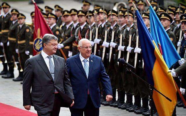 Ukrainian President Petro Poroshenko, keft, and his Israeli counterpart Reuven Rivlin walk in front of a guard of honour at the presidential office in Kiev, September 27, 2016. (AFP/SERGEI SUPINSKY)