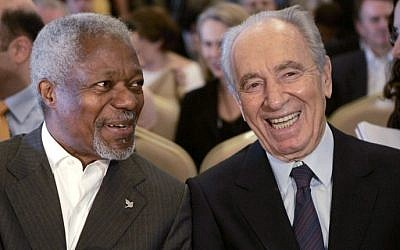 File photo of former UN secretary general Kofi Annan, left, who won the Nobel Prize in 2001, with late Israeli president Shimon Peres, 1994 Nobel Prize winner, during a conference in Petra, Jordan, 15 May 2007. (AFP/Khalil MAZRAAWI)