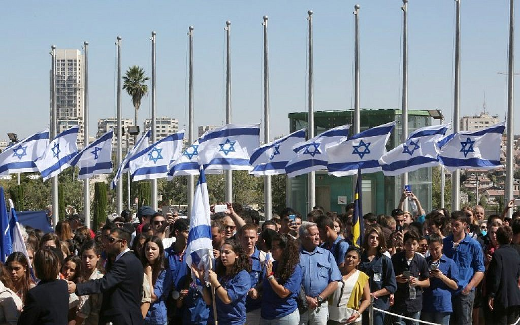 Israelis line up before paying their respect in front of the coffin of former president Shimon Peres at a plaza outside the Knesset in Jerusalem on September 29, 2016. (AFP PHOTO/MENAHEM KAHANA)