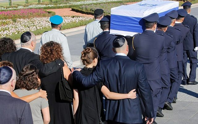 Family members walk behind the coffin of former president Shimon Peres carried by members of the parliamentary guards at the Knesset, Israel's Parliament, at the start of his funeral in Jerusalem on September 30, 2016. (AFP PHOTO / GIL COHEN-MAGEN)