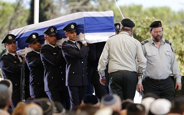 Honor guards carry the casket of former Israeli president during his funeral at Jerusalem's Mount Herzl national cemetery on September 30, 2016. (AFP/Thomas Coex)