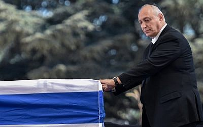 Chemi Peres, son of former Israeli president and prime minister Shimon Peres, pauses in front of his father's coffin after speaking during his funeral on September 30, 2016, at Jerusalem's Mount Herzl national cemetery. (AFP Photo/Nicholas Kamm)