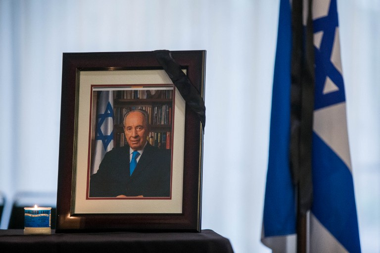 A portrait of former Israel prime minister Shimon Peres, who passed away September 28, sits on a table at the Embassy of Israel September 30, 2016 in Washington, DC. (AFP PHOTO / ZACH GIBSON)