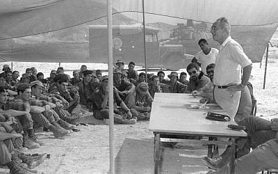 Then-prime minister Shimon Peres meets with the Nahal Brigade on October 16, 1986. (Gil Ne'eh/Bamahane/Defense Ministry Archives)