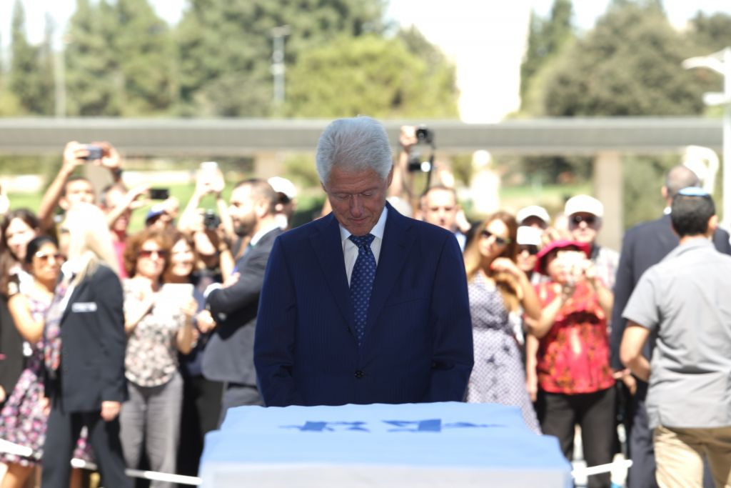 Former US president Bill Clinton pays his respects at the lying in state of former Israeli president and prime minister Shimon Peres, September 29, 2016. (Yizhak Harari/Shimon Rivkin/Knesset Spokesman's office)