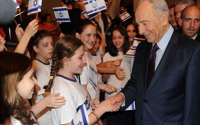 President Peres hosting Israeli children (GPO)