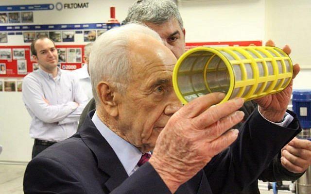 The late president Shimon Peres visiting Israeli high-tech companies (GPO).