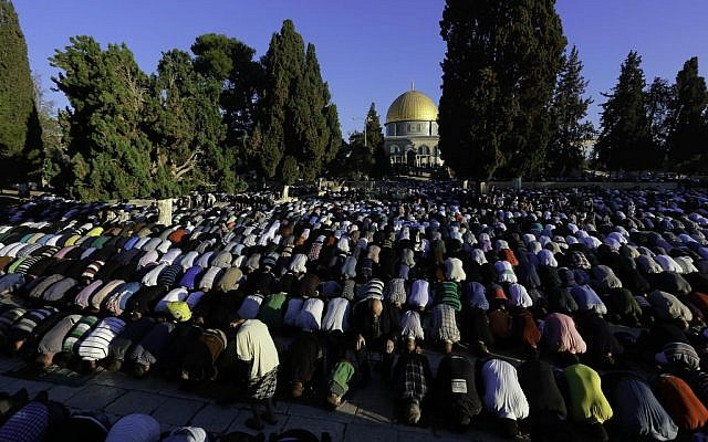 Thousands of Palestinians perform Eid prayers at the Al-Aqsa Mosque, in Jerusalem's Old City, marking the Muslim holiday of Eid al-Adha, October 4, 2014. (Sliman Khader/Flash90)
