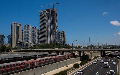 Traffic on Ayalon highway runs past the Arlozorov Train Station in Tel Aviv on June 23, 2015. (Miriam Alster/Flash90)