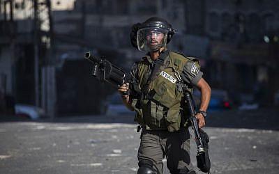 Illustrative. A Border Policeman in East Jerusalem's Shuafat refugee camp on September 18, 2015 (Hadas Parush/Flash90)