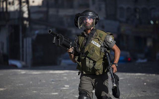 A Border Policeman in East Jerusalem's Shuafat refugee camp on September 18, 2015 (Hadas Parush/Flash90)