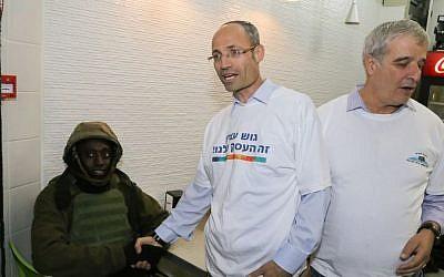 Davidi Perl, head of the Etzion Bloc Regional Council at local store on November 9, 2015. (Gershon Elinson/Flash90)