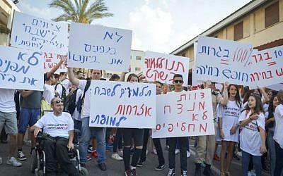 Illustrative photo: students and teachers protest outside Sheva Mofet high school in Tel Aviv on September 1, 2016 (FLASH90)