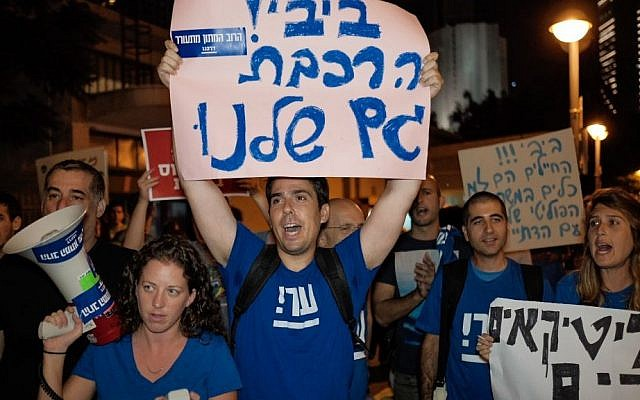 Demonstrators protest Prime Minister Benjamin Netanyahu's decision to cancel all infrastructure work planned by Israel Railways on Shabbat on outside the Tel Aviv's Savidor train station on September 3, 2016. (Tomer Neuberg/Flash90)