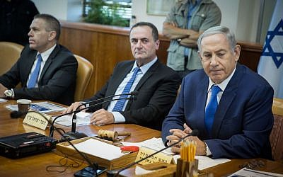 Israeli Prime Minister Benjamin Netanyahu seen next to Transportation Minister Yisrael Katz at the weekly cabinet meeting in Jerusalem on September 4, 2016. (Hadas Parush/Flash90)