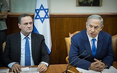 Prime Minister Benjamin Netanyahu, right, seen next to Transportation Minister Yisrael Katz at the weekly cabinet meeting at Netanyahu's office in Jerusalem, September 4, 2016. (Hadas Parush/Flash90)
