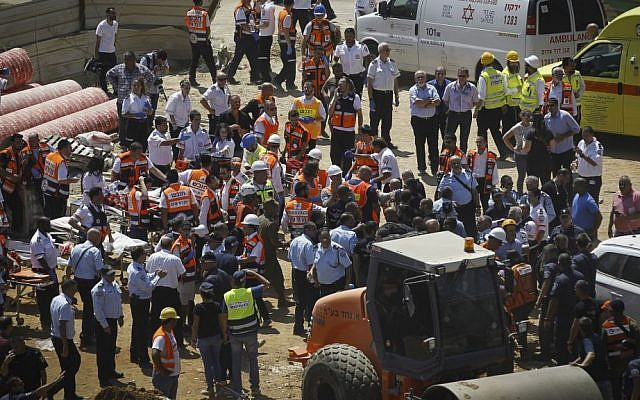Rescue workers at the site of a collapsed parking structure in the Ramat Hahayal neighborhood in northern Tel Aviv, September 5, 2016. (Miriam Alster/Flash90)