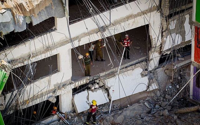 Rescue workers at the site of a building collapse in Tel Aviv on September 5, 2016. (Miriam Alster/Flash90)