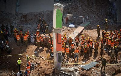 Rescue workers at the site of a building collapse in Tel Aviv on September 5, 2016. (Yonatan Sindel/Flash90)