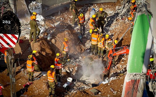 Israeli rescue workers at the site where a building collapsed in Tel Aviv's Ramat Hahayal neighborhood, September 6, 2016. (Miriam Alster/Flash90)