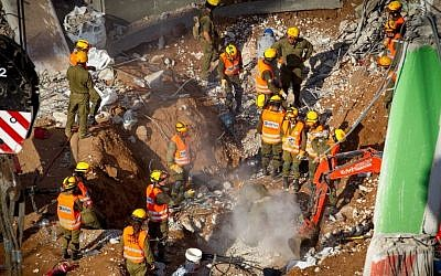 Search and rescue workers remove a third body from the rubble of a collapsed parking garage in Tel Aviv on September 6, 2016. (Miriam Alster/Flash90)