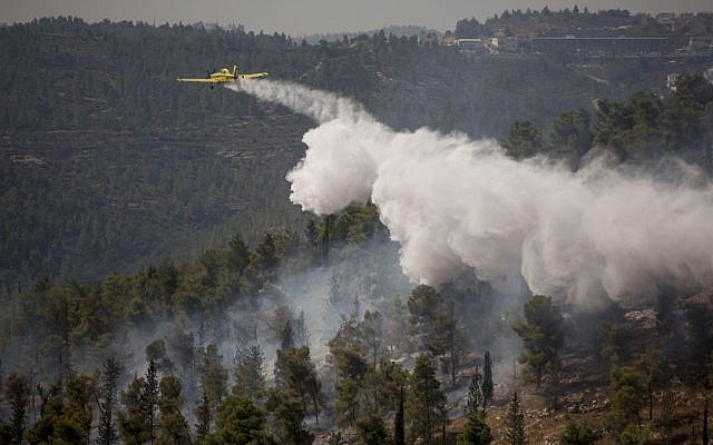 Israeli firefighter airplanes work to extinguish a fire raging in the Jerusalem Forest on September 11, 2016. (Yonatan Sindel/Flash90)